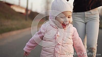 Το μωρό τρέχει μακρυά από τη μητέρα υπαίθρια Κορίτσι που έχει τη διασκέδαση κατά τη διάρκεια του ηλιοβασιλέματος φιλμ μικρού μήκους