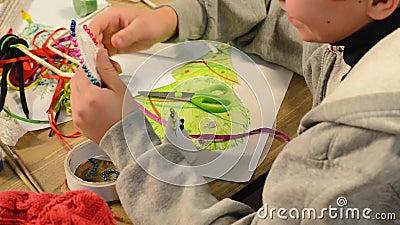Το παιδί κάνει διακόσμηση για διακοπές Χειροτεχνία και παιχνίδια, χριστουγεννιάτικο δέντρο και άλλα Χρωματισμός πλωτών χρωμάτων Ε φιλμ μικρού μήκους