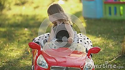 Το παιδί οδηγεί κόκκινο αυτοκίνητο απόθεμα βίντεο
