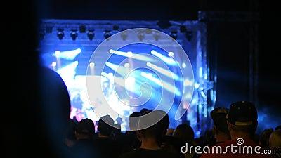 Το πλήθος έχει τη διασκέδαση στο γεγονός συναυλίας μετάλλων να παρουσιάσει στο κούνημα επικεφαλής ανεμιστήρα σκιαγραφιών μακρυμάλ φιλμ μικρού μήκους