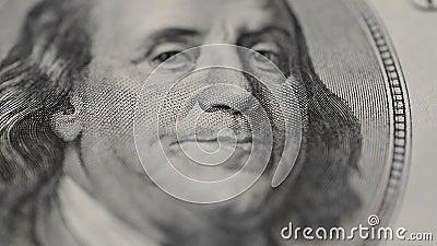 Το πορτρέτο του Προέδρου Benjamin Franklin στο λογαριασμό εκατό δολαρίων περιστρέφεται στη μακροεντολή απόθεμα βίντεο
