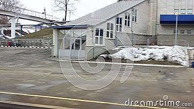 Το τραίνο αναχωρεί από έναν μικρό σταθμό στην επαρχία r απόθεμα βίντεο