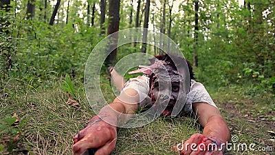 Το τρομακτικό τέρας zombie σέρνεται μέσω της χλόης και της εκμετάλλευσης ένα μαχαίρι απόθεμα βίντεο