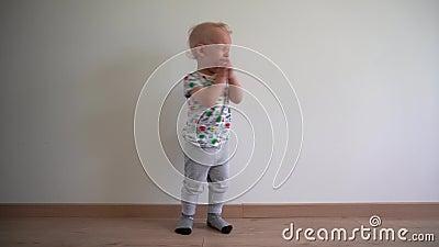 Το υστερικό αγόρι βαδίζει βαριά το πόδι και την κραυγή της στο άσπρο υπόβαθρο Κίνηση αναρτήρων φιλμ μικρού μήκους