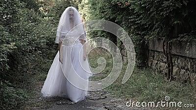 Το φάντασμα της νύφης περιπλανιέται μέσω των καταστροφών του παλαιού κάστρου Νύφη του Zombie 4 Κ Σε αργή κίνηση πυροβολισμός απόθεμα βίντεο