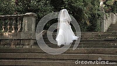 Το φάντασμα της νύφης περιπλανιέται μέσω των καταστροφών του παλαιού κάστρου Νύφη του Zombie 4 Κ Σε αργή κίνηση πυροβολισμός φιλμ μικρού μήκους