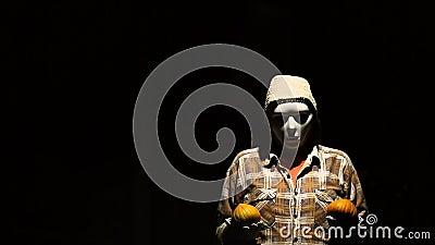 Το φάντασμα mim με τις κολοκύθες κοιτάζει γύρω και κοιτάζει γύρω απόθεμα βίντεο