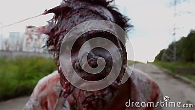 Το φρικτό τέρας zombie εξετάζει τη κάμερα και ρουθούνισμα του απόθεμα βίντεο