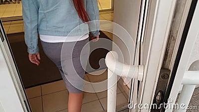 Το χέρι ανοίγει μια λαβή πόρτας φιλμ μικρού μήκους