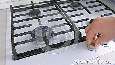 Το χέρι του άντρα ενεργοποιεί το μεγάλο αέριο που καίγεται από μια κουζίνα Χώρος αποθήκευσης αερίου με ασφάλεια απόθεμα βίντεο