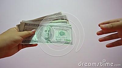 Το χέρι του άντρα πληρώνει το δολάριο του τραπεζογραμματίου στον πελάτη απόθεμα βίντεο