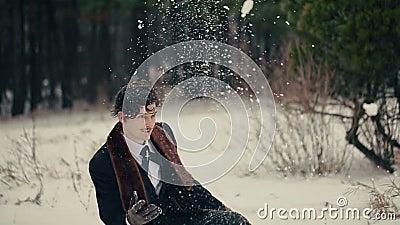 Το χαμογελώντας άτομο ρίχνει επάνω στο χιόνι απόθεμα βίντεο