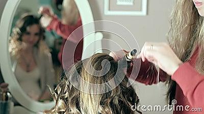 Το όμορφο κορίτσι κάνει hairstyle απόθεμα βίντεο
