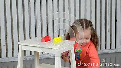 Το όμορφο κορίτσι παίζει το σχεδιαστή φιλμ μικρού μήκους