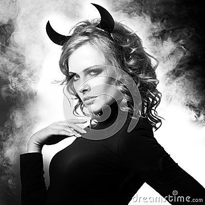 Το όμορφο νέο κορίτσι ένας διάβολος