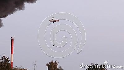 Το FIR νερού πτώσεων ελικοπτέρων Ένα ελικόπτερο μάχεται μια γιγαντιαία πυρκαγιά ξηρό mountainside, ρίχνοντας τις εκατοντάδες των  φιλμ μικρού μήκους