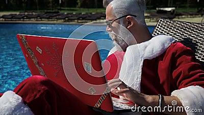 Το Santa χαλαρώνει στη λίμνη και κάνει το τρελλό αστείο με το lap-top απόθεμα βίντεο