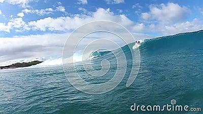 Το Surfer γυρίζει