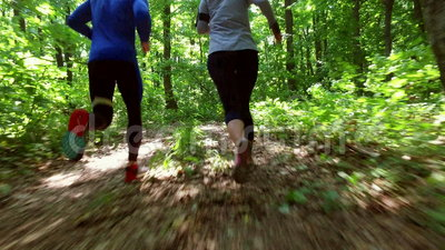 Τρέχοντας στη δασική κατάρτιση γυναικών, τρέξιμο, ικανότητα, δρομέας-4k βίντεο