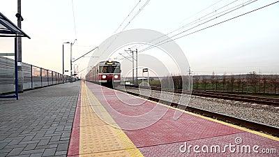 τραίνο ανατολής σιδηροδρόμου πλατφορμών απόθεμα βίντεο