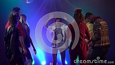 Τραγουδιστής που αποδίδει στη σκηνή ως χοροί ακροατηρίων στο στούντιο καπνού μεγάλα αντικείμενα ελέγχων ιστορικού περισσότερο ο ά φιλμ μικρού μήκους