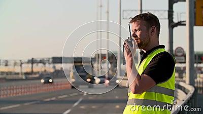 Τροχαία με την εργασία ομιλουσών ταινιών walkie στην εθνική οδό