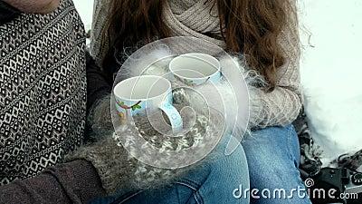 Τύπος και κορίτσι στο δασικό, τσάι κατανάλωσης το χειμώνα φιλμ μικρού μήκους
