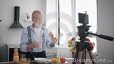 Υγιεινά τρόφιμα, ένας ηλικιωμένος με μούσι και γυαλιά για όραση συνιστά σωστή διατροφή και δείχνει διάφορα δημητριακά φιλμ μικρού μήκους