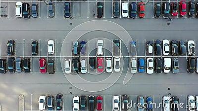 Υπαίθριος χώρος στάθμευσης για τους κατοίκους της περιοχής, θέα από ψηλά κατά μήκος του πάρκινγκ απόθεμα βίντεο