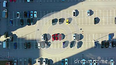 Υπαίθριος χώρος στάθμευσης για τους κατοίκους της περιοχής, θέα από ψηλά από την άνοδο σε απογείωση και την απόσταση απόθεμα βίντεο