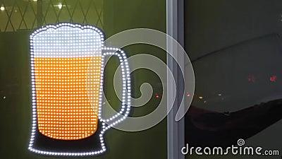 Υπογραφή κίνησης κούπας μπύρας διαφήμιση pub έγχρωμοι φανοί απόθεμα βίντεο
