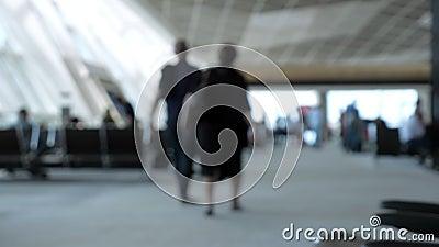 Υπόβαθρο θαμπάδων με τους περπατώντας ανθρώπους στον αερολιμένα απόθεμα βίντεο