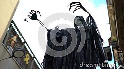 Φάντασμα στο δρόμο φτιαγμένο από μαύρο ύφασμα κατά τη διάρκεια του εορτασμού των Χάλογουιν απόθεμα βίντεο