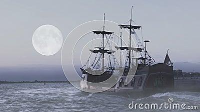 Φάντασμα της θρυλικής φρεγάτας που πλέει στη θάλασσα στα μεσάνυχτα στην αναζήτηση των περιπετειών φιλμ μικρού μήκους