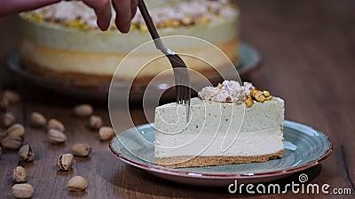 Φάτε ένα κομμάτι cheesecake με mousse φυστικιών φιλμ μικρού μήκους