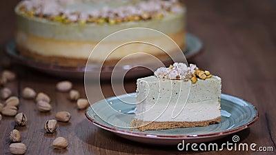 Φάτε ένα κομμάτι cheesecake με mousse φυστικιών απόθεμα βίντεο