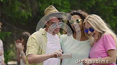 Φίλοι Multiethnic που έχουν τη διασκέδαση μαζί, θέτοντας για το selfie, που απολαμβάνει την ευτυχισμένη ζωή φιλμ μικρού μήκους