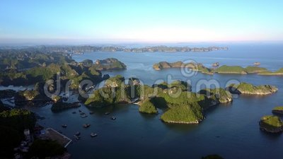 Φανταστικός ήρεμος κόλπος άποψης με τα νησιά απότομων βράχων και τον ουρανό ηλιοβασιλέματος απόθεμα βίντεο