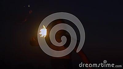 Φανταστικός παρουσιάστε στο ηλιοβασίλεμα Οβελός καλλιτεχνών τσίρκων η πυρκαγιά φιλμ μικρού μήκους