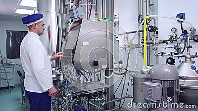 Φαρμακευτικός εξοπλισμός ελέγχου φαρμακοποιών στο σύγχρονο εργοστάσιο απόθεμα βίντεο