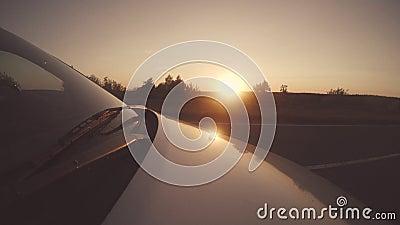 Φιλική εθνική οδός αυτοκινήτων ταξιδιών ηλιοβασιλέματος οχημάτων Eco απόθεμα βίντεο