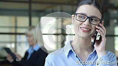 Φιλικός διαχειριστής που ακούει τις απαιτήσεις των πελατών με χαμόγελο, επιχειρησιακή συμβουλευτική απόθεμα βίντεο