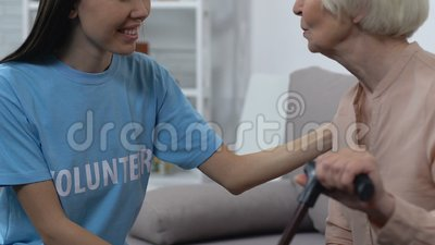 Φιλικός εθελοντής συνομιλεί με συνταξιούχο, κοινωνική λειτουργό που υποστηρίζει συνταξιούχους απόθεμα βίντεο