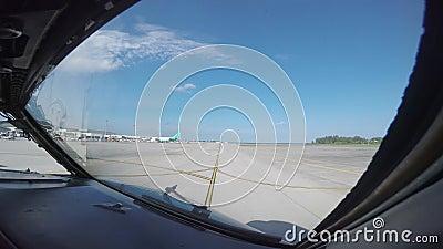 Φορολόγηση επιβατηγών αεροσκαφών επιβατών σε έναν διάδρομο για την απογείωση φιλμ μικρού μήκους