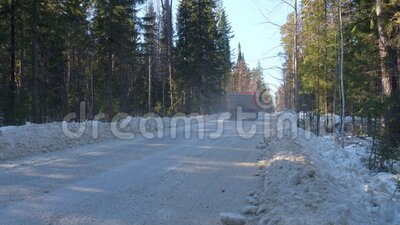 Φορτηγό που μεταφέρει μεταλλεύματα κατά μήκος χειμερινού δάσους απόθεμα βίντεο