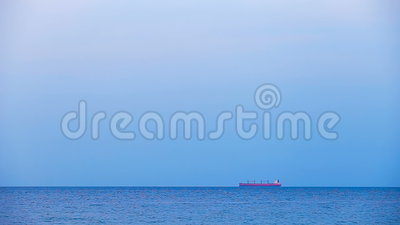 Φορτηγό πλοίο στο roadstead Ορίζοντας και ανοικτή ήρεμη θάλασσα φιλμ μικρού μήκους