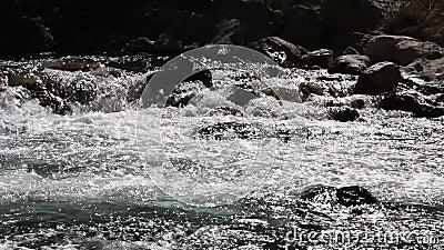 Φυσικός καταρράκτης και ποταμός Υπαίθρια, πεζοπορία απόθεμα βίντεο