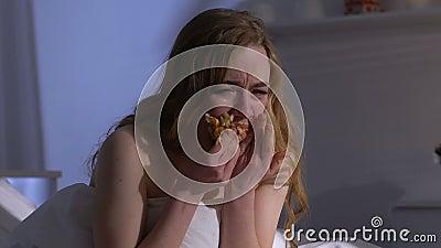 Φωνάζοντας κατανάλωση γυναικών λαίμαργα croissant στο κρεβάτι τη νύχτα, προβλήματα βάρους, βουλιμία φιλμ μικρού μήκους