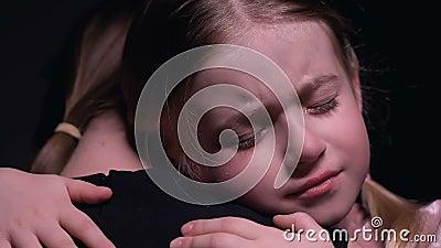 Φωνάζοντας ορφανό κορίτσι που αγκαλιάζει τον εθελοντή, που ψάχνει για την προσοχή και την υποστήριξη, ορφανοτροφείο απόθεμα βίντεο