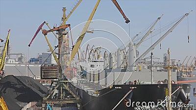 Φόρτωση δεξαμενόπλοιου στη θύρα Φόρτωση φορτηγού πλοίου στον λιμένα Λιμένας με μεγάλα πλοία και γερανούς φιλμ μικρού μήκους